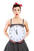 Pin-up kızı beyaz arka planda tutarak saati — Stok fotoğraf