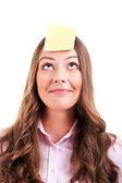 Junge woma mit gelbe haftnotiz auf stirn — Stockfoto