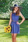Ragazza spensierata è felice nel campo con fiori — Foto Stock