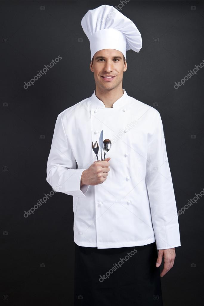 Chef cuisinier sur fond sombre souriant avec cuill re for Cuisinier 94 photos