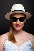 Woman with hat and sunglasses over bark background — Foto Stock