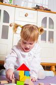Niño feliz jugando en casa — Foto de Stock