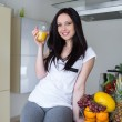 belle femme boire le jus d'orange — Photo