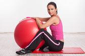 健身球的女人 — 图库照片