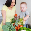 Mother and child at kitchen — Lizenzfreies Foto