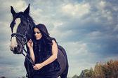 Güzel bir kadınla at — Stok fotoğraf