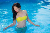 Bathing beautiful woman posing in her bikini in the swimming-poo — Foto Stock