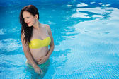 Bathing beautiful woman posing in her bikini in the swimming-poo — Стоковое фото