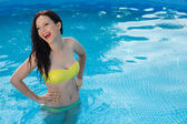 Bathing beautiful woman posing in her bikini in the swimming-poo — Stockfoto