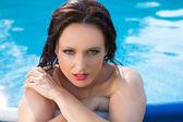 Bathing beautiful woman posing in her bikini in the swimming-poo — Stock Photo