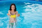Koupání kráska pózuje v její bikiny v plavání poo — Stock fotografie