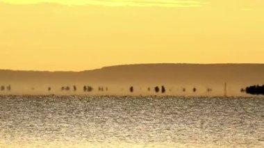 Vacker soluppgång över balatonsjön i ungern, med fata morgana — Stockvideo