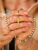Praying with a rosary — Zdjęcie stockowe