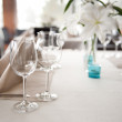 Wineglasses and white Lily flowers — Stockfoto