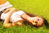Pretty smiling girl relaxing outdoor — Stock fotografie