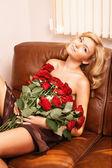 Joven rubia hermosa con flores — Foto de Stock