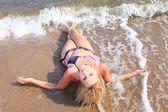 Güzel bir kadın bikini güneşlenme seaside — Stok fotoğraf