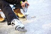 Tying laces of ice hockey skates skating rink — Stock Photo
