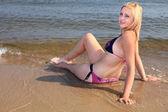 比基尼日光浴海边美丽的女人 — 图库照片