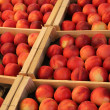 Peaches in wooden crates - Foto Stock