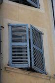 Ahşap kepenkleri ile pencere mobilya — Stok fotoğraf