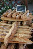 Färska baguetter på en marknad — Stockfoto