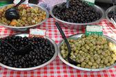 Diferentes tipos de azeitonas — Fotografia Stock