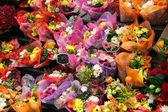 Coloridos ramos de flores en el mercado francés — Foto de Stock
