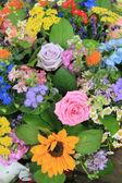 Mieszanych kwiatów układ w jasnych kolorach — Zdjęcie stockowe