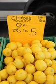 Lemons at a market — Stock Photo