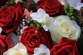 Červené a bílé smíšené aranžování květin — Stock fotografie