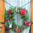 Christmas wreath on a door - Stockfoto