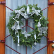Christmas wreath on a glass door - Zdjęcie stockowe