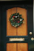 Guirlande de noël sur une porte — Photo