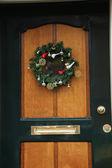 在门上的圣诞花环 — 图库照片