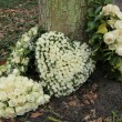 Heart shaped sympathy flowers — Stockfoto