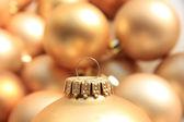 Enfeite de natal dourado, foco suave — Foto Stock