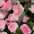 Pink wedding centerpiece: roses and eustoma — 图库照片