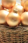 Enfeites de natal dourado em uma cesta de vime — Foto Stock