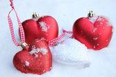 Röda och vita hjärtat ornament i snö — Stockfoto