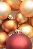 Rot ornament auf einem haufen goldene ornamente — Stockfoto