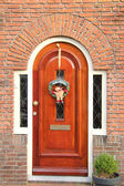 Christmas decorations on a door — Stockfoto
