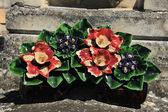 Ceramiczne kwiaty na grób — Zdjęcie stockowe