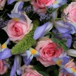 Blue irises and pink roses in bridal arrangement — Foto de Stock
