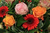Roses et gerberas dans un arrangement de mariage — Photo