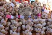 Fresh garlic at a market — Stock Photo
