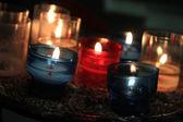 Votief kaarsen in een kerk — Stockfoto