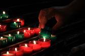 Candele votive in una chiesa — Foto Stock
