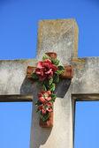 Crucifijo con flores de cerámicas — Foto de Stock