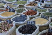 Erbe e spezie in un mercato francese — Foto Stock